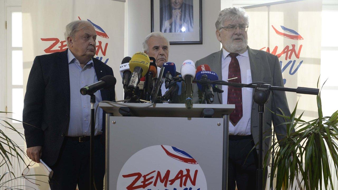 Briefing lékařského konzilia prezidenta republiky Miloše Zemana pod vedením lékaře Martina Holcáta (vpravo).