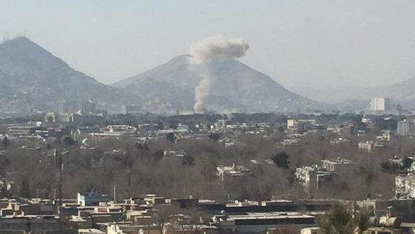 Nad místem výbuchu u starého sídla ministerstva vnitra se stále vznáší hustý temný kouř.