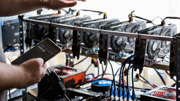 Těžba bitcoinů se přestává vyplácet, je moc levný. Přitom i v Česku kvůli jeho těžbě vzrostla cena grafických karet, které se při ní využívají. Těžaři je vykoupili.