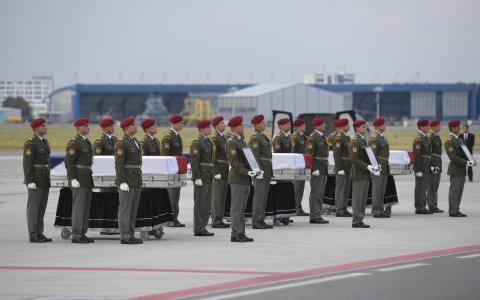 Čestná stráž na úvod smutečního aktu vyzvedla z letadla rakve s ostatky padlých vojáků a umístila je na katafalky na ruzyňském letišti.  letiště václava havla