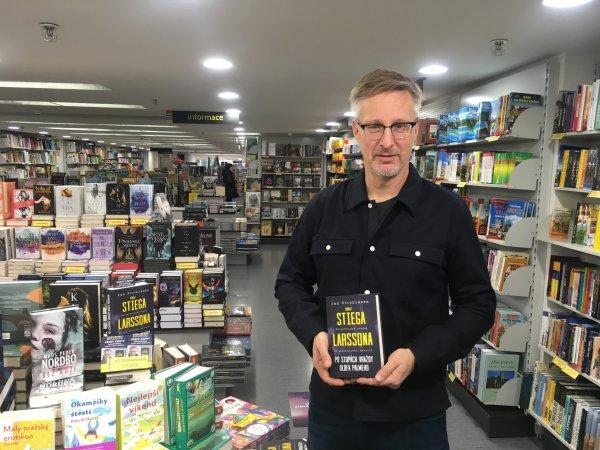 Jan Stocklassa se svou knihou Odkaz Stiega Larssona: Po stopách vraždy Olofa Palmeho