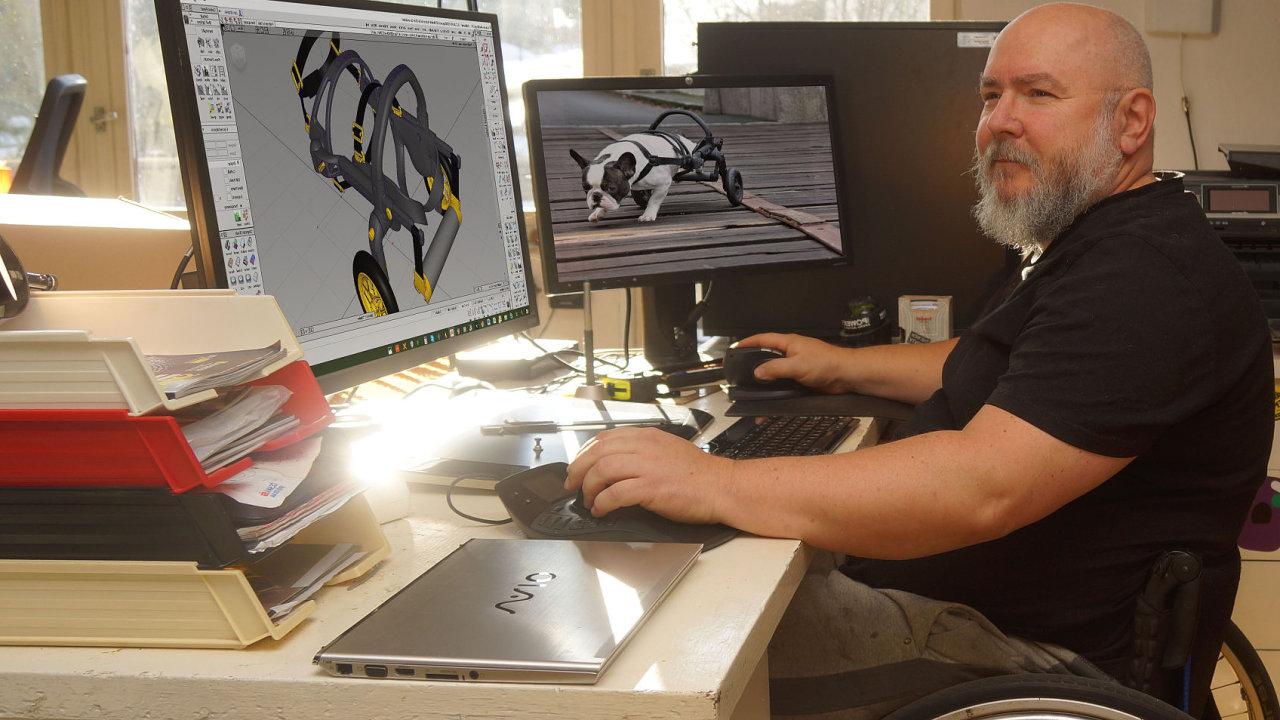 Designér Jan Jiránek ve své pracovně při navrhování vozíku