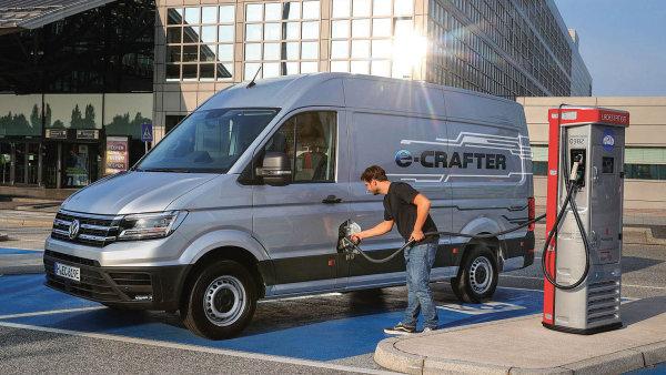 Ilustrační foto - nabíjení elektrického dodávkového vozidla pro rozvoz zásilek po městě.