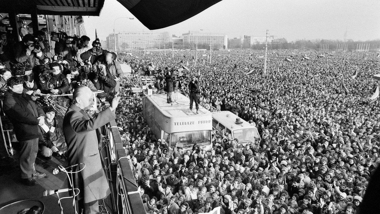 Letná, 25. listopadu 1989. Tehdy se zde sešlo přes 800tisíc lidí. Všichni věděli, co chtějí, anarozdíl ode dneška byl plán,