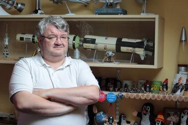 Milan Halousek je vedoucím odboru vzdělávání České kosmické kanceláře a předsedou Astronautické sekce České astronomické společnosti. Coby sběratel má i několik předmětů týkajících se mise Apollo 11.