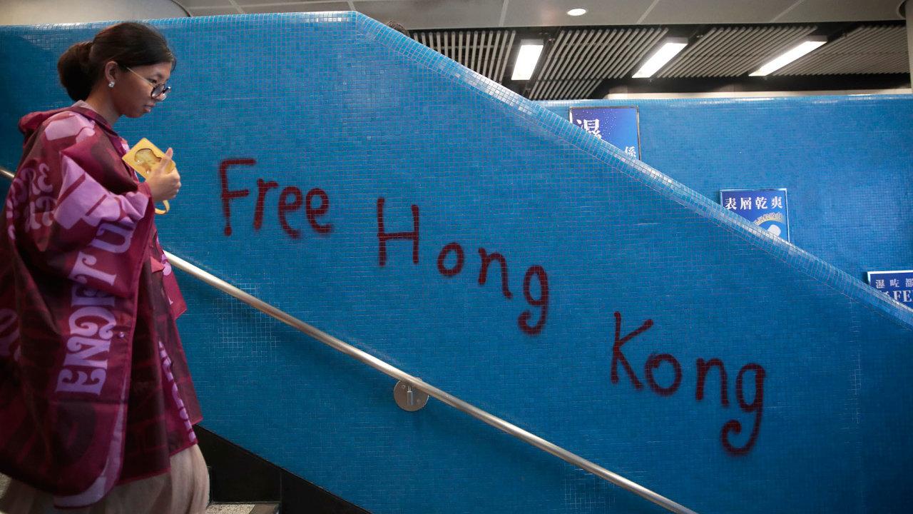 VHongkongu se vsobotu uskutečnily nové protivládní protesty, které místy přerostly vnásilné potyčky spolicií.