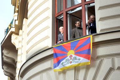 Tibetská vlajka jako červený šátek. Politické proklamace pražského magistrátu, mezi něž patří vyvěšení tibetské vlajky, jsou pro čínskou stranu příliš.