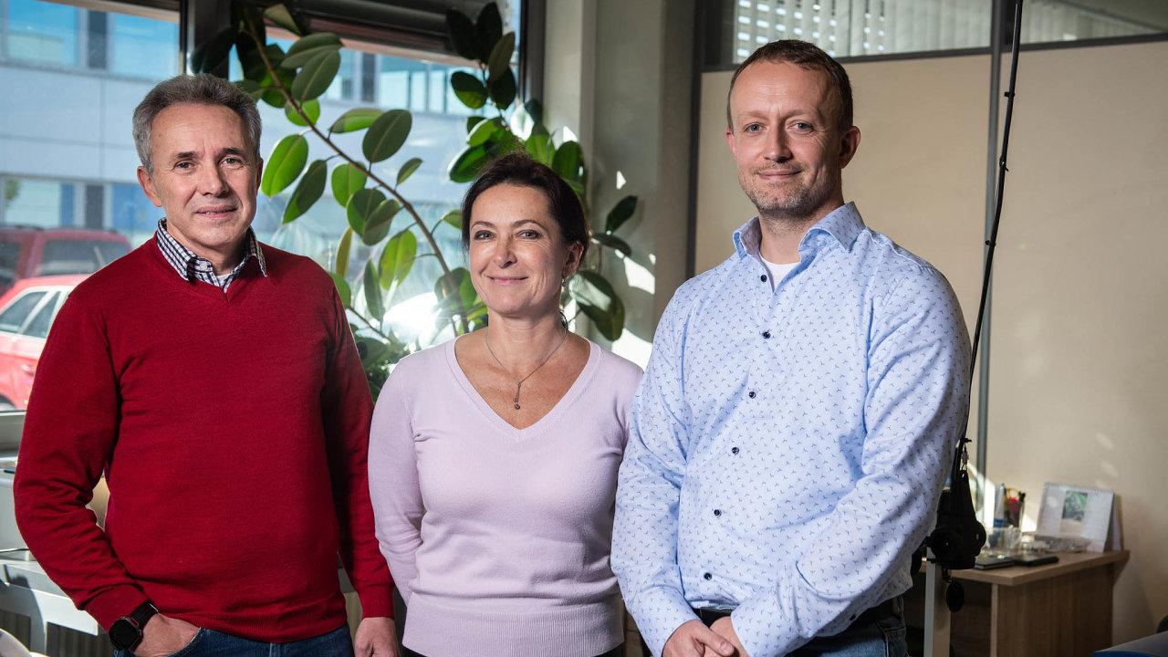 Naokraji Pardubic města sídlí Toseda – malá firma svelkými ambicemi. Vedou ji tři vědci: (zleva) Jiří Zelenka, jeho manželka Markéta aTomáš Vlček.