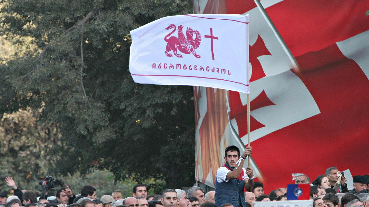 V roce 1995 se gruzínským prezidentem stal bývalý sovětský ministr zahraničí Eduard Ševarnadze. Jeho zkorumpovaný režim ukončily až masové demonstrace během takzvané růžové revoluce v roce 2003.