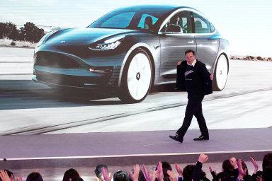 Vtuto chvíli Elon Musk na Tesle ipřesjejí potíže obrovsky vydělává. Podle magazínu Fortune vstoupil doroku2019 téměř se34 miliony akcií.