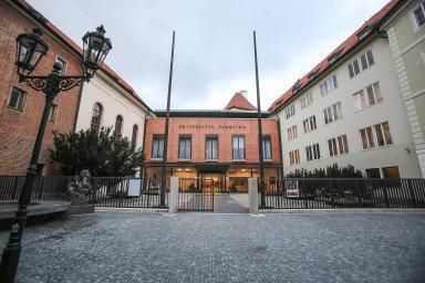Akademici, kterým zapořádání konferencí naKarlově univerzitě platila čínská ambasáda, způsobili škole pětimilionovou škodu (na ilustračním snímku budova Karolina).