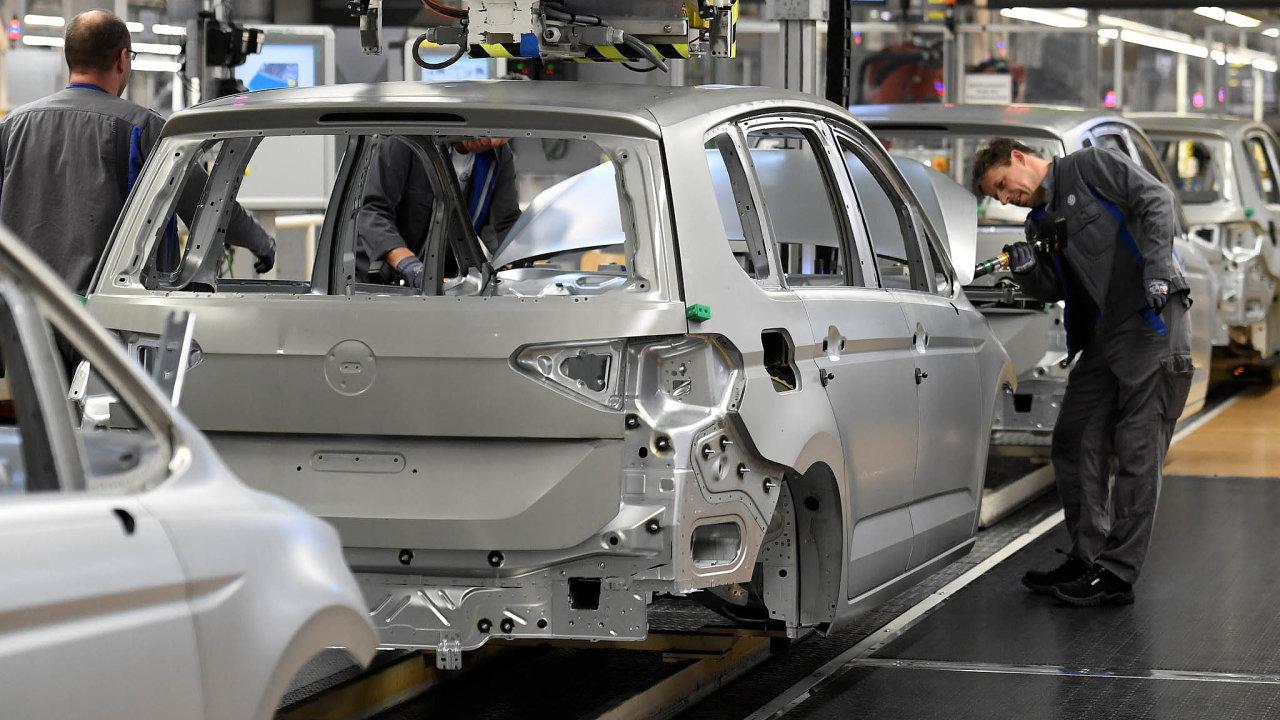 Nakupování elektromobilů (nasnímku výroba Volkswagenů) má podpořit německá vláda v rámci stimulačního balíčku.