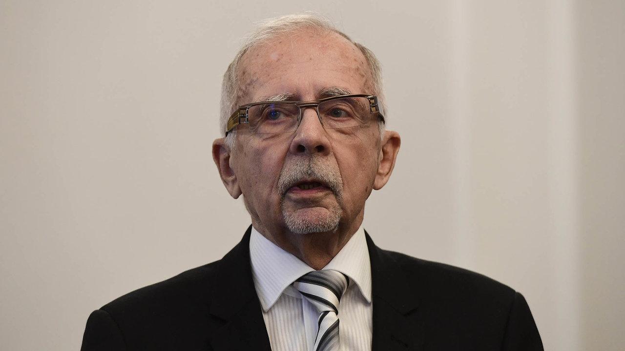 Jedenaosmdesátiletý Stanislav Křeček se chystal odejít dodůchodu, pak ale navýzvu Miloše Zemana kandidoval naombudsmana. Úspěšně.