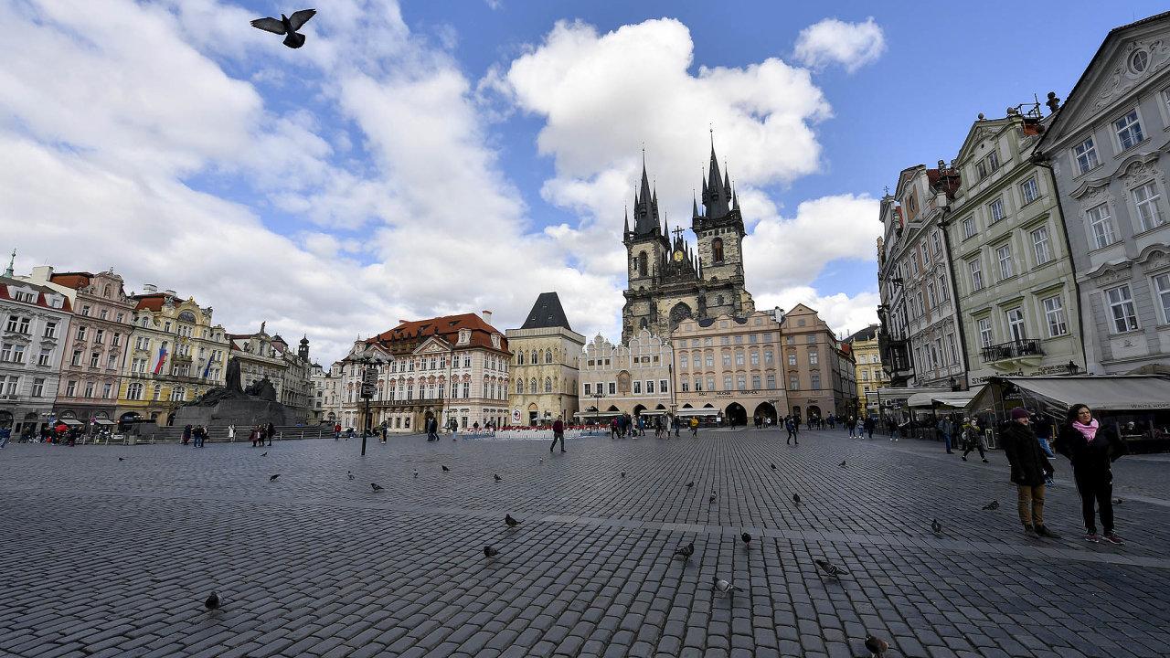 Prázdnota. Nejvíc je vsoučasnosti postižen turistický ruch. Jindy přeplněné Staroměstské náměstí zeje prázdnotou.