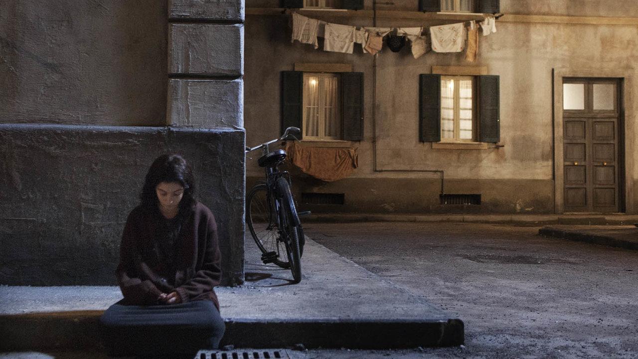 Neapol a mladá hrdinka byly protagonistkami seriálu Geniální přítelkyně natočeného HBO podle předlohy Eleny Ferrante. Novinku Prolhaný život dospělých se chystá zfilmovat Netflix.