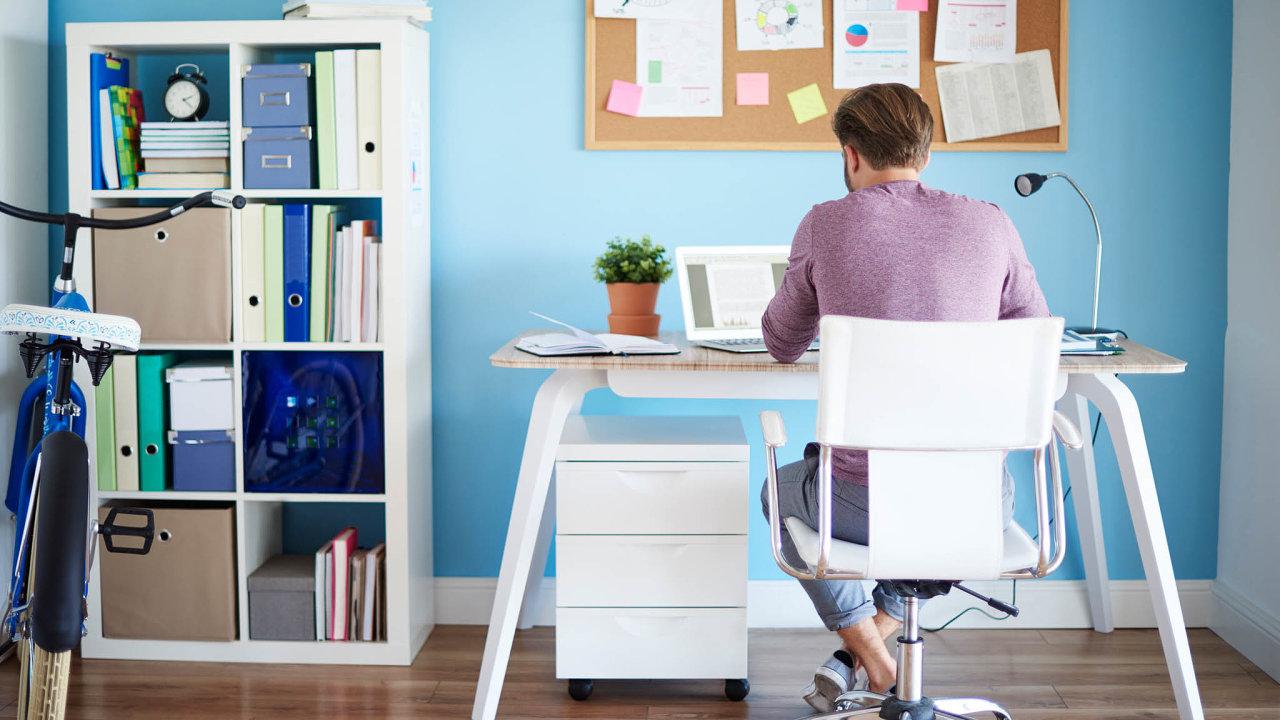 Domov, nebo kancelář? Práce zdomova zasáhne idopodoby českých bytů. Developeři už nyní přemýšlejí, jak jí přizpůsobí své budoucí projekty. Obytný prostor musí počítat alespoň spracovním koutem.