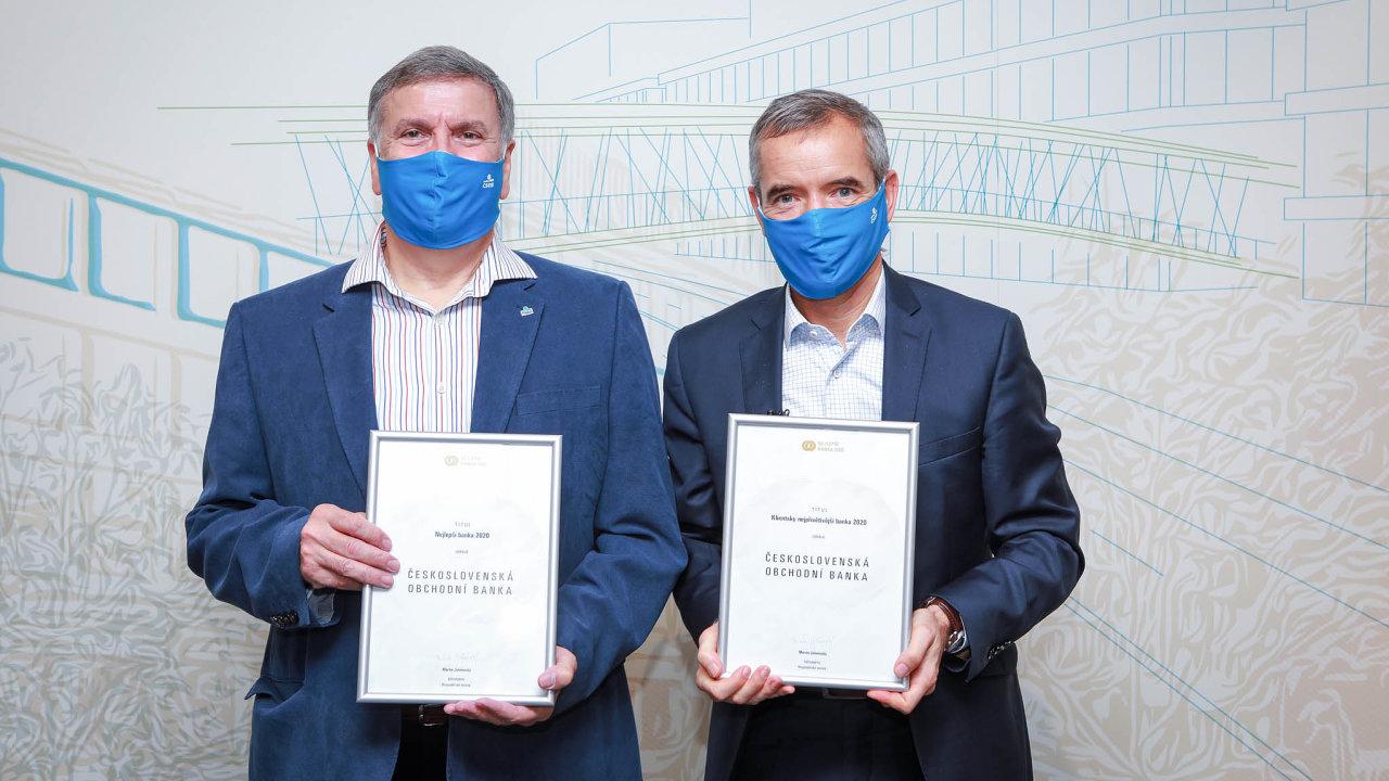 ČSOB získala titul Nejlepší banka 2020 a byla vyhodnocena i jako Klientsky nejpřívětivější banka. Ocenění převzali šéf John Hollows (vlevo) a člen představenstva Jan Sadil.