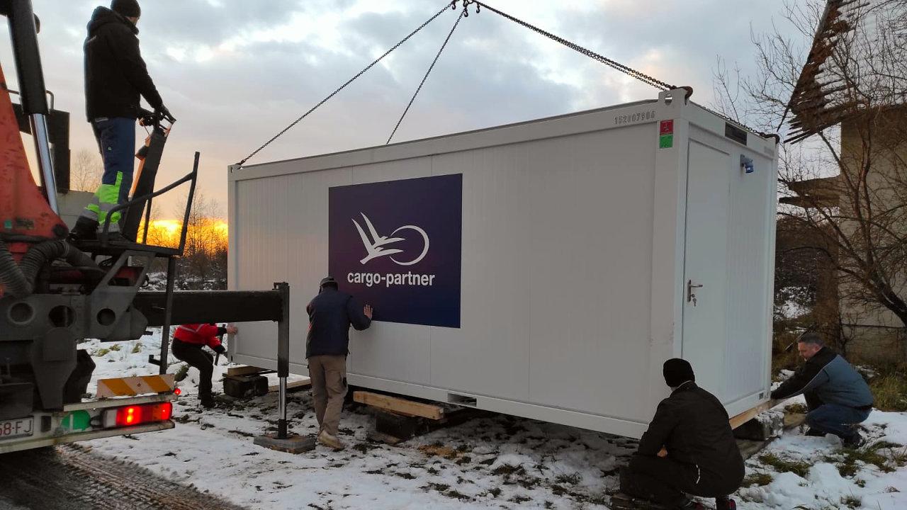 Každý kontejner je vybaven základním nábytkem a vybavením, včetně čtyř postelí, malé kuchyňky, topení a chemického WC.