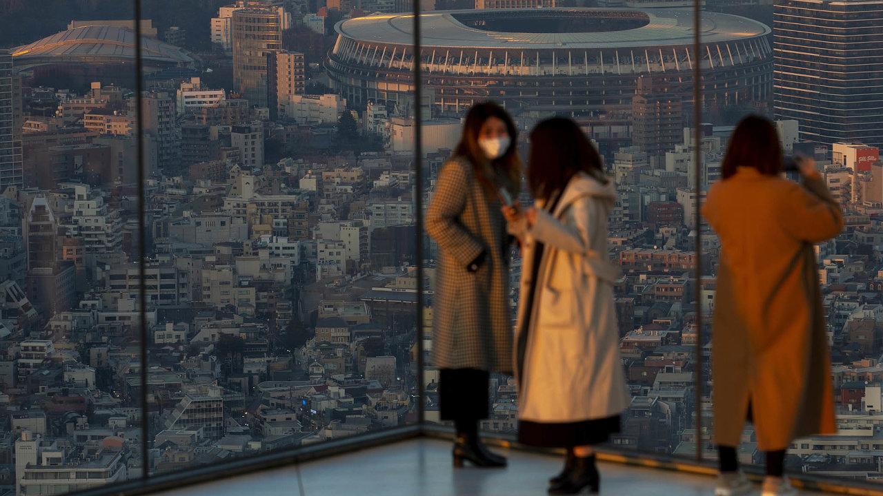 Národní stadion vTokiu zvyhlídky namrakodrapu Shibuya Scramble Square. Začnou na novém stadionu pro 68 tisíc diváků 23. července olympijské hry? A jestli ano, nebudou ochozy prázdné?