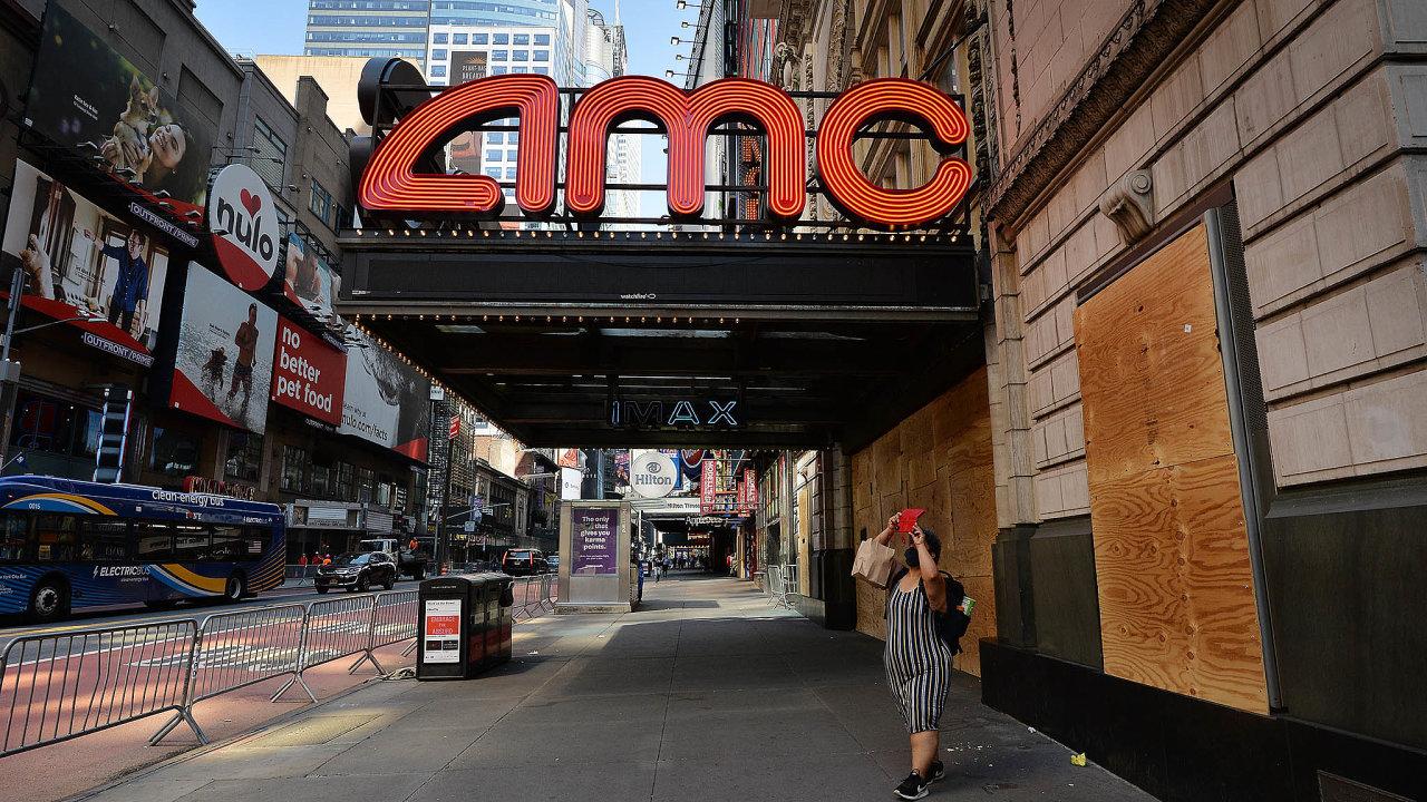 Řetězec kin AMC: Loni se americká firma kvůli pandemii auzavření kinosálů dostala napokraj bankrotu. Přežívá díky nedávné skoro miliardové finanční injekci odinvestorů.
