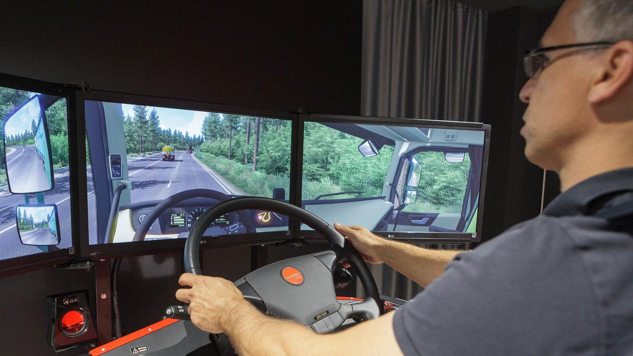 Majitel vakci: Nasnímku demonstruje hru Euro Truck Simulator2 jeden zetří majitelů SCS Software– Pavel Šebor.