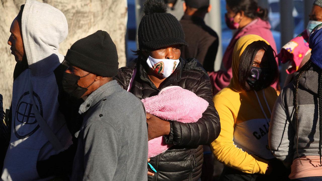 Chceme do Ameriky. Mexičtí migranti stojí na hranici s USA, kde chtějí získat azyl.