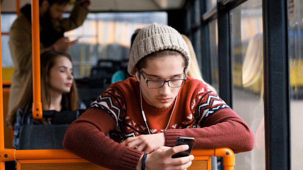 mladí lidé, hromadná doprava, mhd, Praha