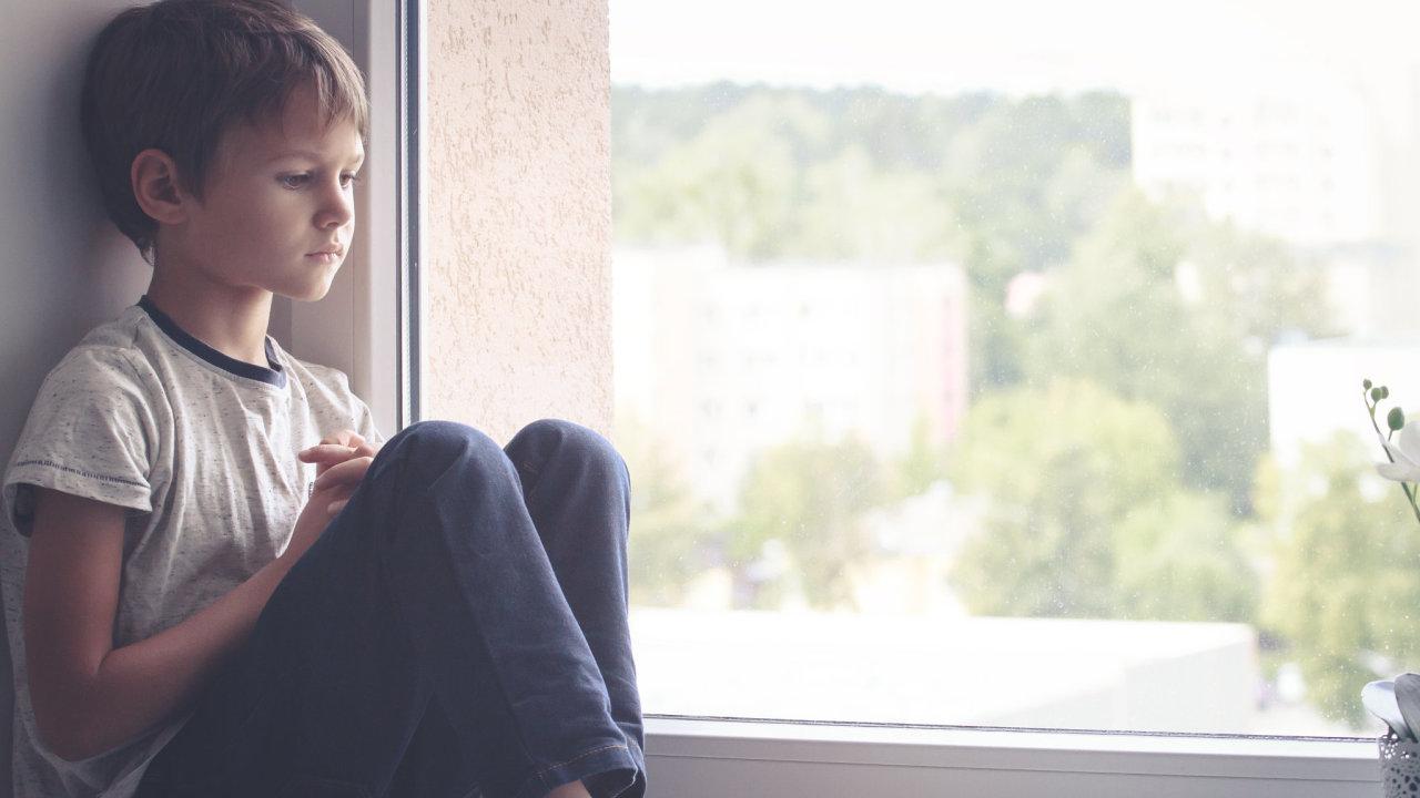Problémy s distanční výukou mají většinou děti ze sociálně vyloučených rodin, které trápí chudoba a nezaměstnanost (ilustrační foto).