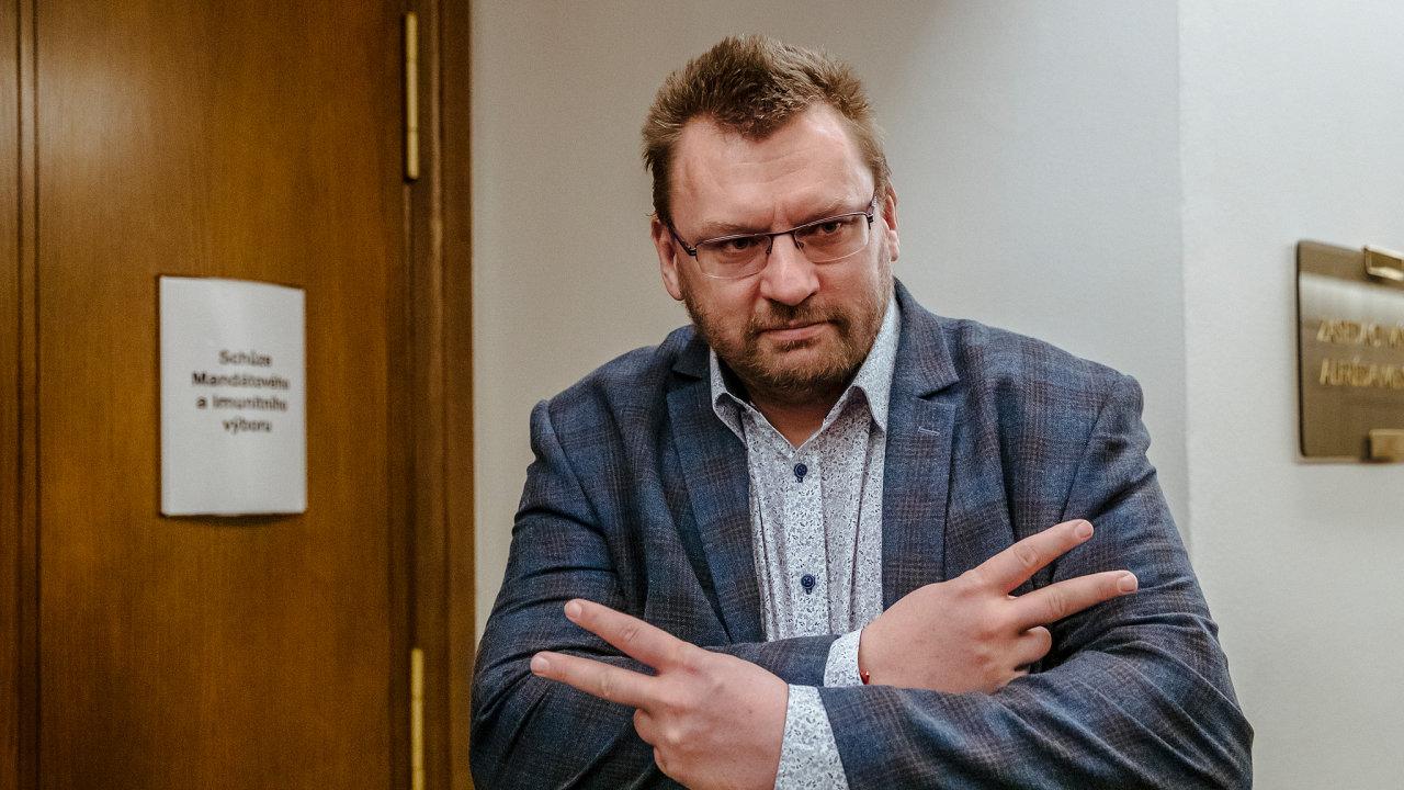 """Zkraje letošního roku hrozil místopředsedovi sněmovny Tomáši Hanzelovi z ČSSD """"flákancem"""", teď je chování poslance Lubomíra Volného v parlamentu opět téma."""