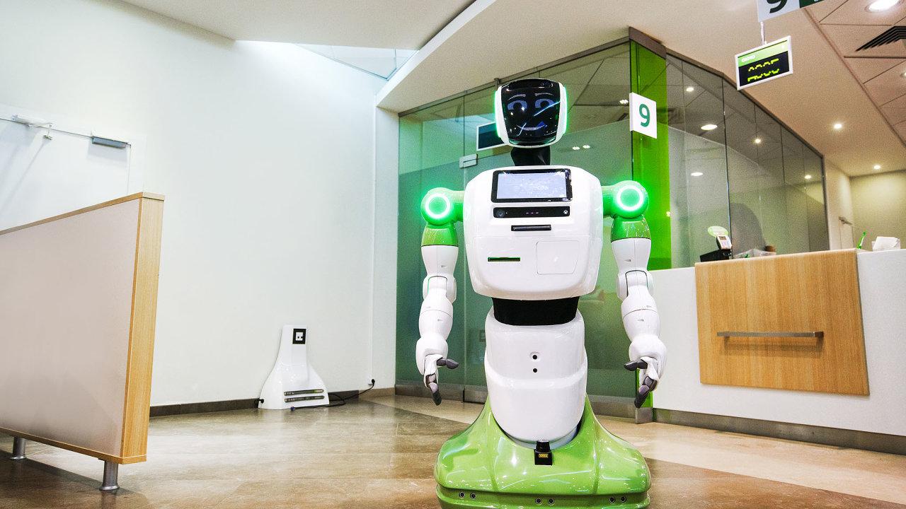 Robotický pomocník vítá aobsluhuje klienty vmoskevské pobočce Sberbank.