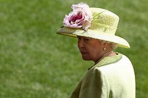 Klobouky britské královny Alžběty II.: Nejčastěji s mašlemi, květinami a ptačím peřím