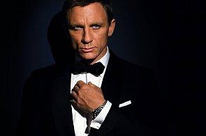 Jak se obléká James Bond? Do tmavě modrého smokingu a se sklonem k výstřelkům