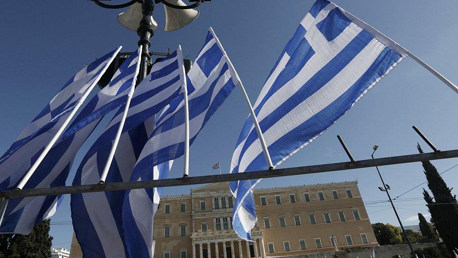 Řecké vlajky před tamním parlamentem.