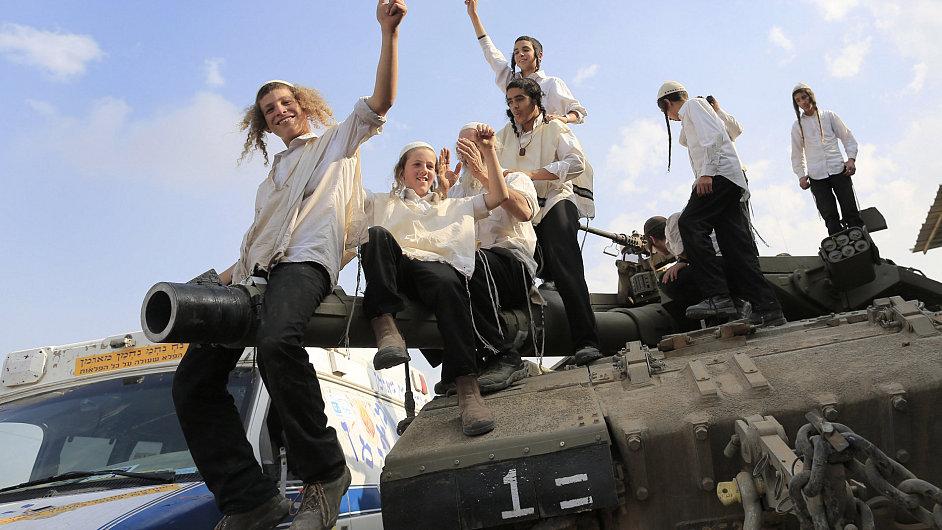 Ultraortodoxní židé oslavují na tanku izraelské armády