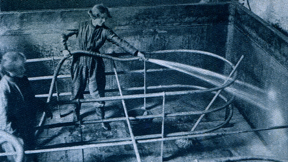 Čištění varny v pivovaru, Velká Británie kolem r. 1917.