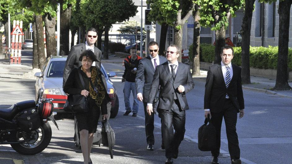 Obžalovaný Petr Kraus (druhý zprava) přichází k soudu.