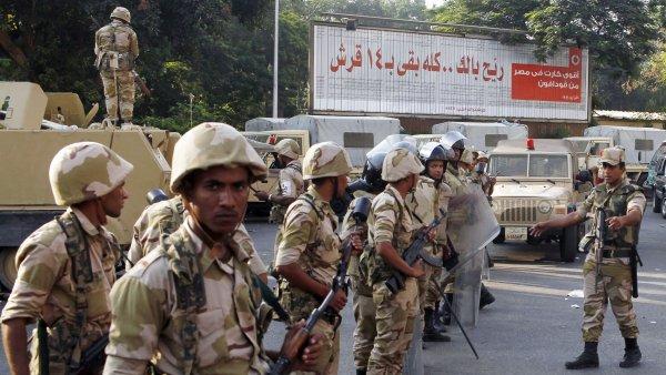 Egyptská armáda hlídkuje v ulicích Káhiry