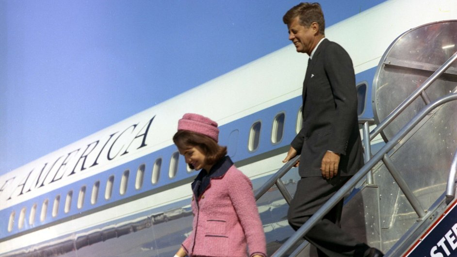 Jacqueline Kennedyová a JFK vystupují z Air Force One v Dallasu, 22. listopadu 1963