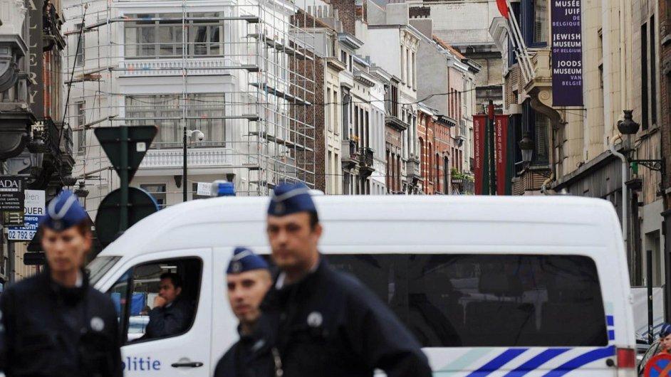 Policisté u bruselského židovského muzea, kde v sobotu při střelbě zemřeli tři lidé