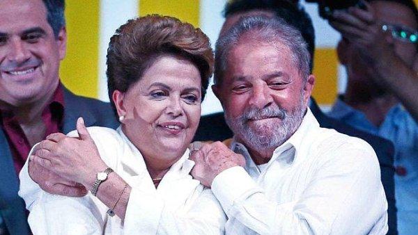 Exprezident Lula da Silva objímá svou nástupkyni Dilmu Rousseffovou po ohlášení volebních výsledků.