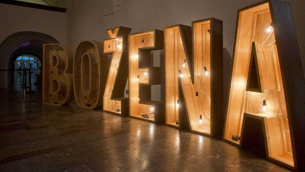 Instalace Lenky Klodov� z roku 1997 nazvan� O Bo�en� pat�� k nejv�razn�j��m d�l�m v�stavy.