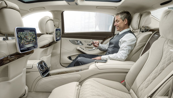 Mercedes o�ivil jm�no Maybach. Dostala ho luxusn� limuz�na pro velk� ��fy