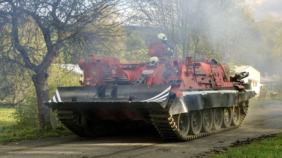 Na snímku z 21. října, po prvním výbuchu muničního skladu, hasiči nasadili i vyprošťovací tank.