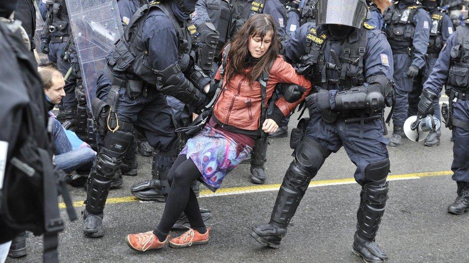 Policie tvrdě zasáhla proti odpůrcům pochodu extremistů. Použila slzný plyn a 57 účastníků blokády zadržela.