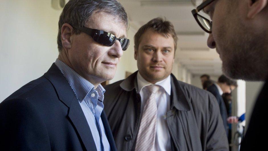 Krajský soud v Praze pokračoval v projednání případu Davida Ratha. Na snímku je spolu se svými obhájci Adamem Černým a Romanem Jelínkem.