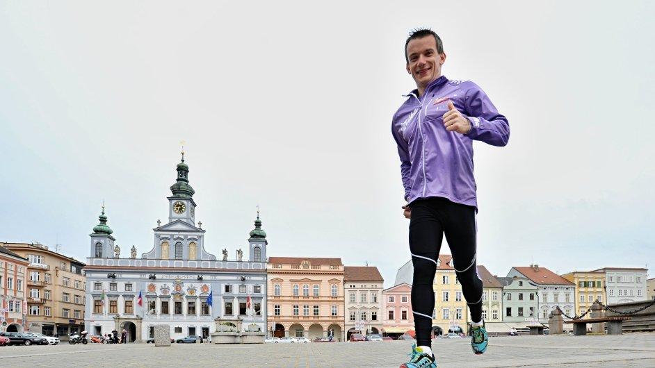 Jiří Gruntorád (na snímku na náměstí Přemysla Otakara II. v Českých Budějovicích) je na svém běhu Českem příjemně překvapený tím, jak jsou lidé ochotní.