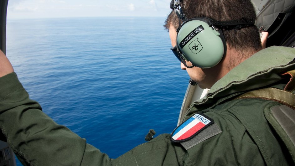 Francouzské vojenské letadlo pátrá po dalších troskách z letu MH370 v Indickém oceánu.