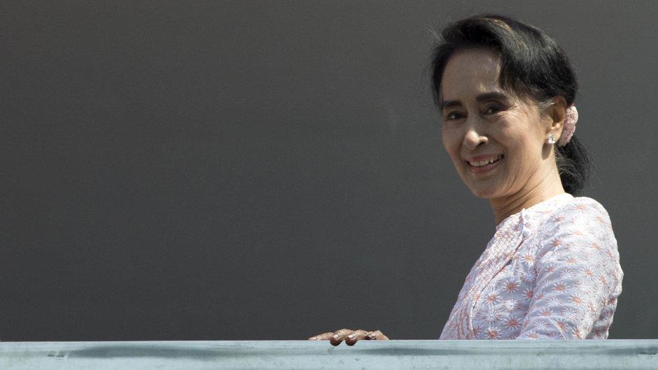 Vnedělních prvních pluralitních volbách po pětadvaceti letech zvítězila opoziční Národní liga pro demokracii, vedená nositelkou Nobelovy ceny za mír Do Aun Schan Su Ťij.