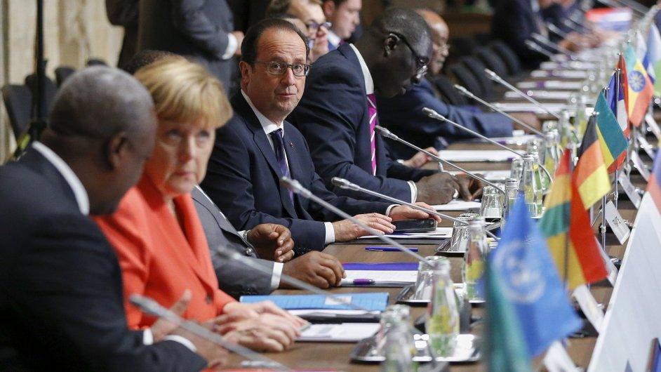 Ghanský prezident John Dramani Mahama (vlevo) mluví s německou kancléřkou Angelou Merkelovou a francouzský prezident Francois Hollande na summitu na Maltě.