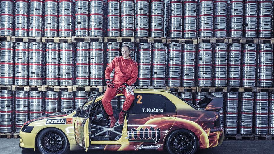 Majitel pivovaru Tomáš Kučera se svým závoďákem Mitsubishi Lancer Evo IX a hradbou svijanských sudů v pozadí.